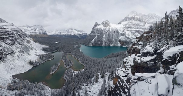 Озера Мэри и О'Хара, окруженные вершинами Скалистых гор, в национальном парке Йохо, Канада. Автор фото — Андрей Подкорытов