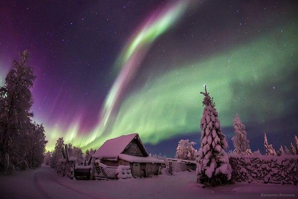 «Домик в деревне». Полярное сияние в Мурманской области. Снимок сделан 26 декабря. Автор фото: Валентин Жиганов.