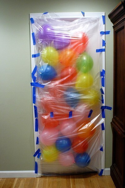 Сюрприз имениннику: проснулся, открыл дверь, а воздушные шары посыпятся прям к ногам...