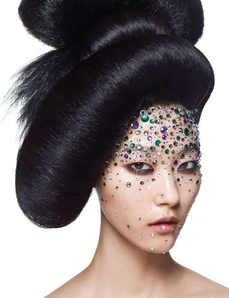 азиатская модель лицо украшено камнями фотосессия