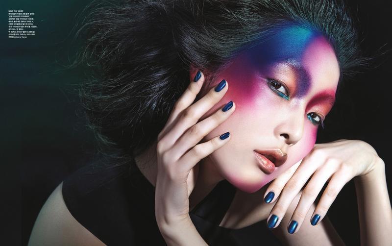 фотосессия азиатской модели для vogue тени на все лицо  роховые синие тени манитюр