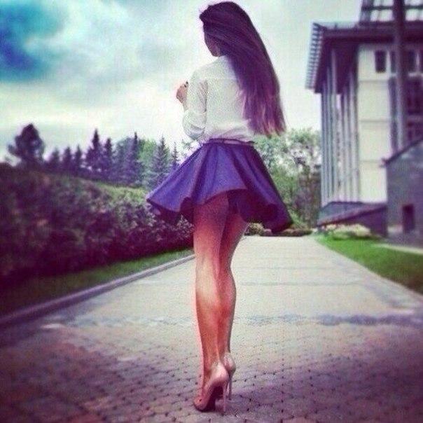 девки подняли юбки фото