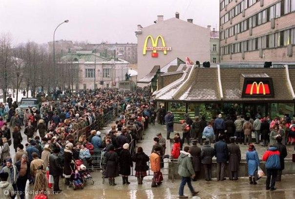 Очередь из человек в первый российский Макдональдс