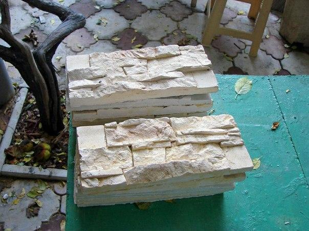 Искусственный камень своими руками. Для этого потребуется: гипс Г-16 или Г-14; наполнитель — песок речной, морской, любой отсев, будь то мрамор или гранит; лимонная кислота; железоокисный пигмент желтого, коричневого и красного цвета; вода; ведро 10 литров; строительный миксер; шпатель шириной 10 см; распылитель для опрыскивания цветов; полиуретановая форма для искусственного камня. В ведре смешиваем воду, 50 гр пигмента желтого и коричневого, гипс 5 кг, наполнитель 2 кг и лимонную кислоту на…