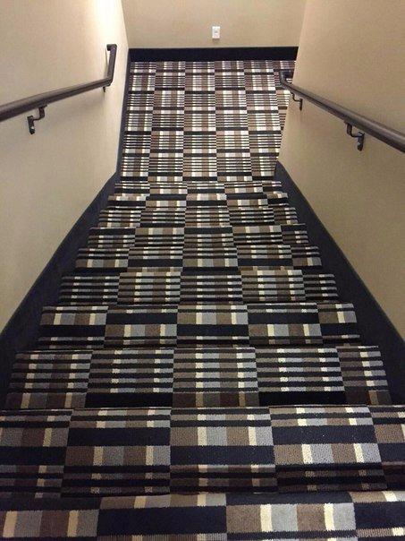 Не самый удачный ковер для лестницы