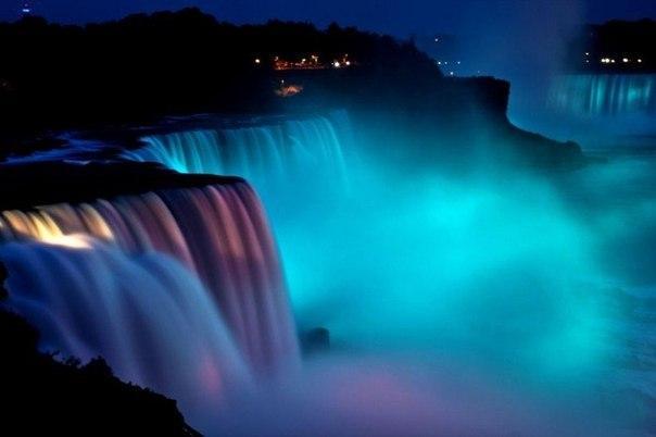 """Так выглядит """"ниагарский водопад"""" ночью который подсвечивают тысячи ламп"""