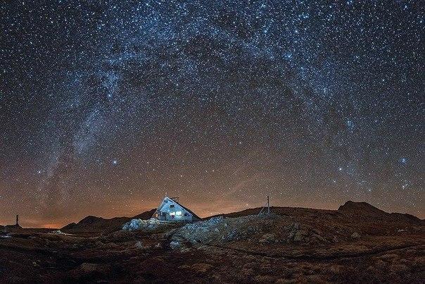Ночное небо Болгарии Болгария славится своей великолепной природой и яркими звездными ночами.