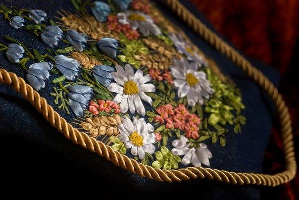 Сумка «Ромашки и колокольчики» Цветущая полевая вышивка лентами на джинсовой сумке удачно дополнилась ручкой-шнуром.
