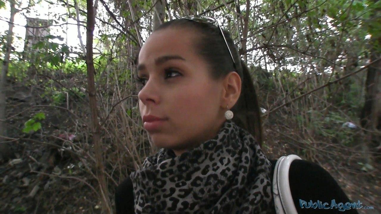 Сексуальная Ferrera собирается делать минет в лесу