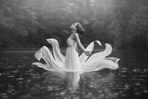 Женщина - это цветок. А мужчина - садовник. Садовник ухаживает и растит цветок. Цветок в свою очередь благодарит его, даря ему свою нежность и красоту. У самого заботливого садовника, самый прекрасный цветок!