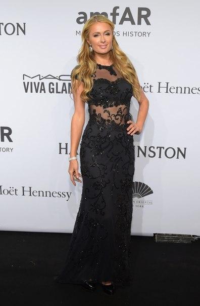 Пэрис Хилтон Гала-ужин amfAR-2015 в Нью-Йорке черное платье в пол с