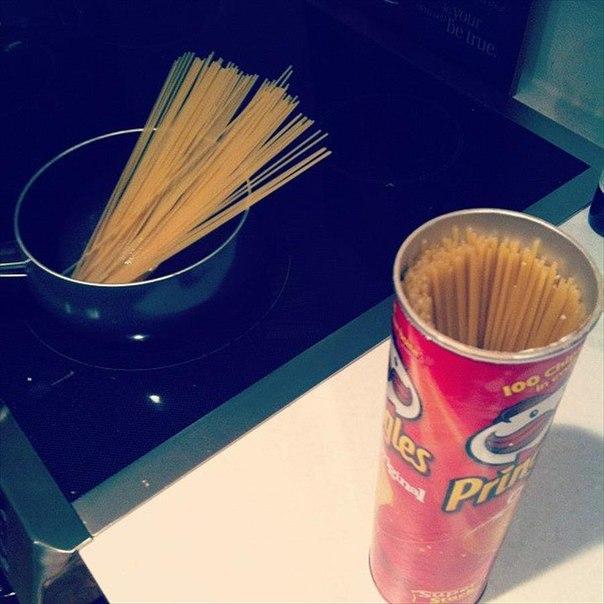 Спагетти очень удобно хранить в банке из под Pringles