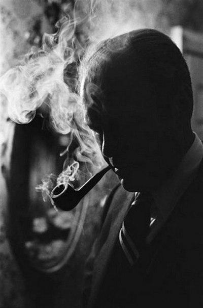 Президент Форд, курящий трубу.