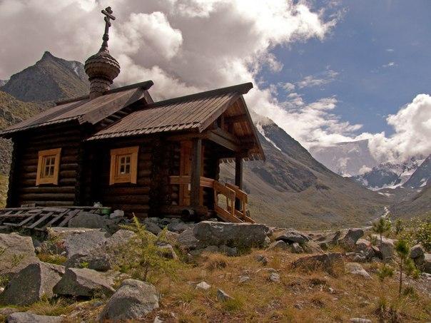Самая высокогорная вРоссии часовня— Святого Архангела Михаила уподножия г. Белуха наберегу озера Аккем.