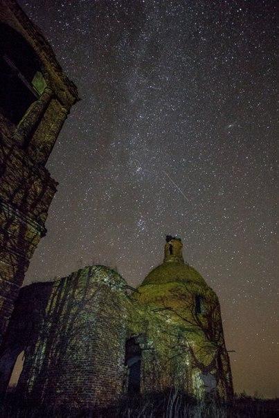 Начало Млечного Пути нафоне полуразрушенной церкви вдеревне Ахтырка Тамбовской губернии.