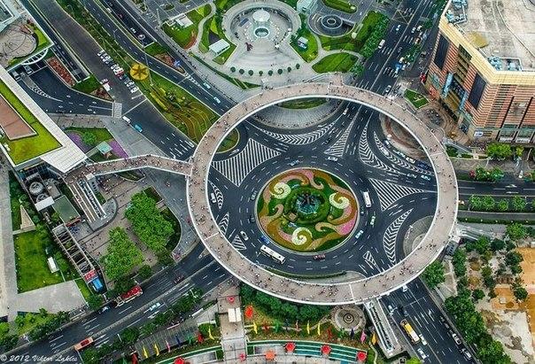 Круглый пешеходный мост в Шанхае.