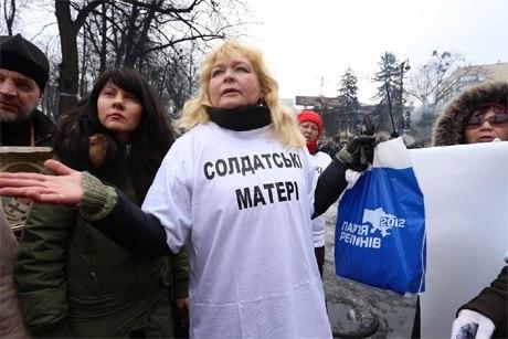 """Блоггер о """"солдатских матерях""""  которые пытались разобрать баррикады на Майдане: """"Это """"титушки"""" женского пола, у которых вообще нет сыновей"""" - Цензор.НЕТ 1764"""