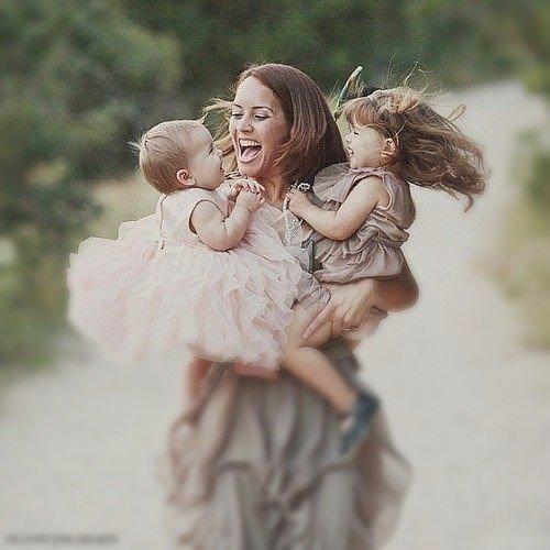 Любите Маму, пока она смеётся... И теплотой горят её глаза... И голос её в душу...