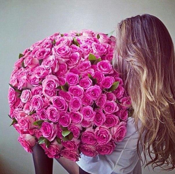 Девушек с цветами роз