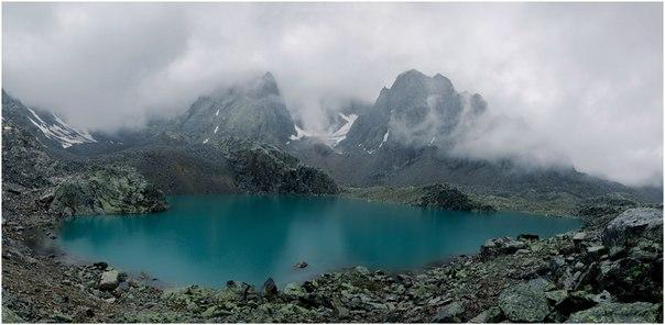 «Обманчивая тишина». Озеро в верховьях реки Камрю, Алтай. Автор фото: Андрей Андреев.
