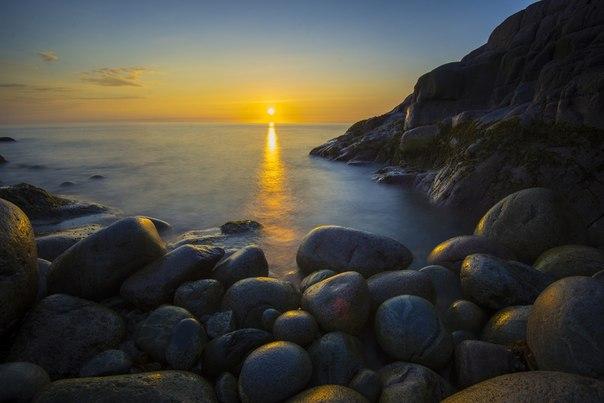 Закат на побережье Баренцева моря. Автор фото — Алексей Васильев