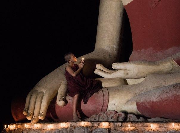 Юный монах и Будда в одном из храмов Старого Багана, Мьянма. Автор фото — Виктория Роготнева
