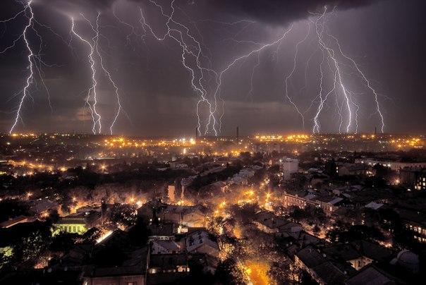 «Буйство стихии». Летняя гроза в Одессе. Автор фото — Вадим Шуварский