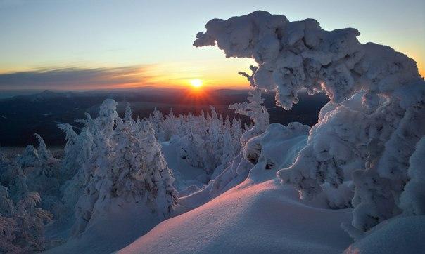 «Провожая зимний день». На вершине горы Ялангас, Южный Урал. Автор фото — Владимир Ляпин