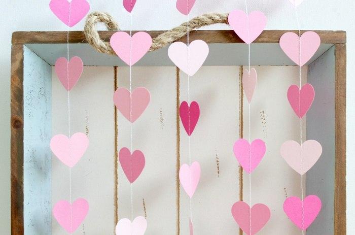 Гирлянды из бумажных сердечек