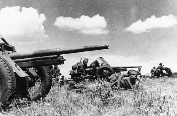 Противотанковая батарея готовится отражать нападение немцев