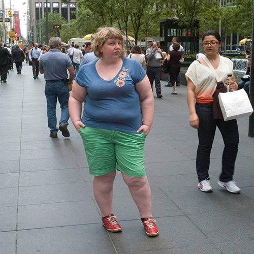 Эта женщина фотографировала реакцию людей на свою полноту: