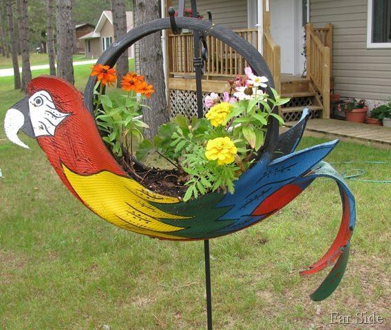 Идея для украшения сада: яркая птица из старой покрышки
