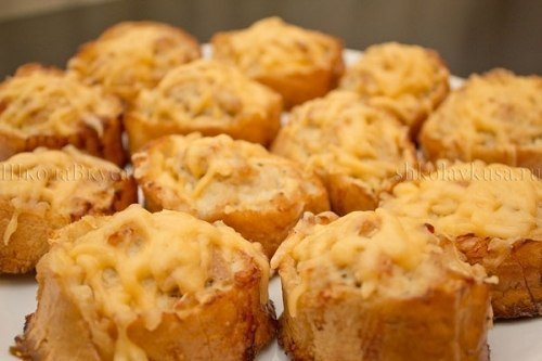 Горячие бутерброды с курицей запеченные в духовке    Ингредиенты:    Куриное филе - 1 кг.  Батон (багет) - 1 шт. ...