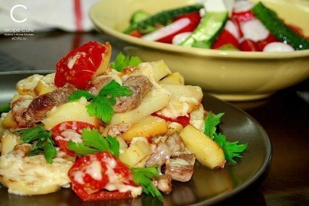 Картофель по-французски на сковороде  Ингредиенты: - свинина - картофель - лук и чеснок - соль - перец - помидор -...