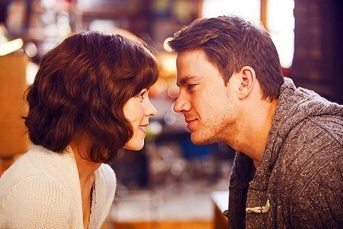 Влюбленный мужчина не смотрит в глаза