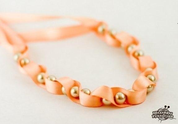 Нежное ожерелье из бусин и лент (10 фото) - картинка