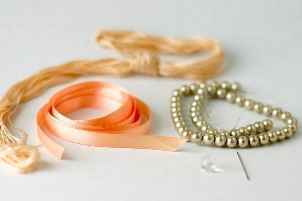 Нежное ожерелье из бусин и лент