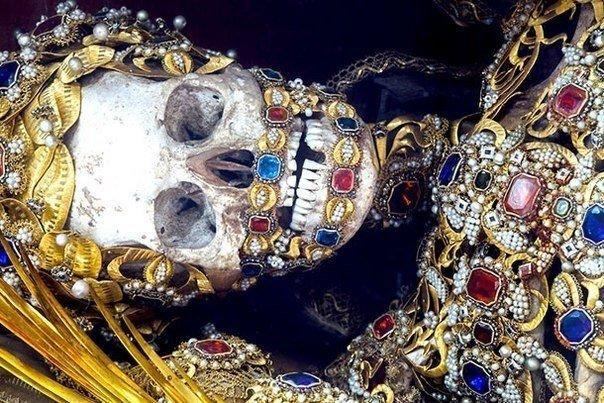 Скелеты, найденные в катакомбах Рима.