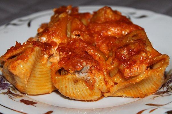 9 рецептов подливы к макаронам Макароны – отличный гарнир и основа для самых разных блюд. Особенно хороши они с разнообразными подливами и соусами – с мясом, курицей, овощами, сыром и так далее. Вот несколько вариантов подлив для макарон, которые легко и быстро приготовить. Сливочная подлива к макаронам с помидорами Вам понадобится: несколько зубчиков чеснока, пара луковиц, стакан жирных сливок или сметаны, полкило помидоров, базилик, оливковое масло, ложка сливочного масла, соль, перец,…