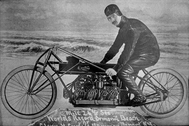 Гонщик, авіаконструктор Глен Кертисс на своєму мо мотоциклі