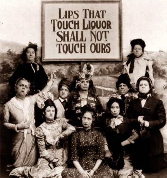 """Члены общества трезвости с плакатом: """"Губы, оскверненные алкоголем, наших губ не..."""