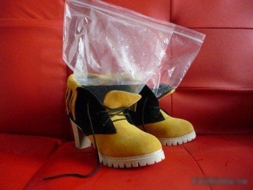 Темные брюки и коричневые туфли