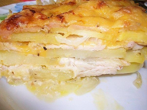 Картофельная запеканка с курицей и сыром (по-французски).  Ингредиенты: Картошка – 600г. Лук – 150г. Куриное филе...