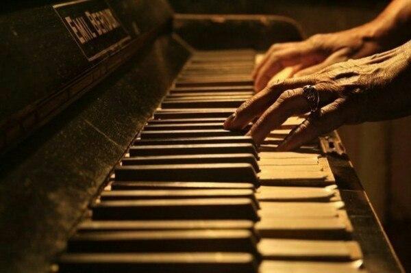 Жизнь - как фортепиано. Белые клавиши - это любовь и счастье. Черные - горе и пе...