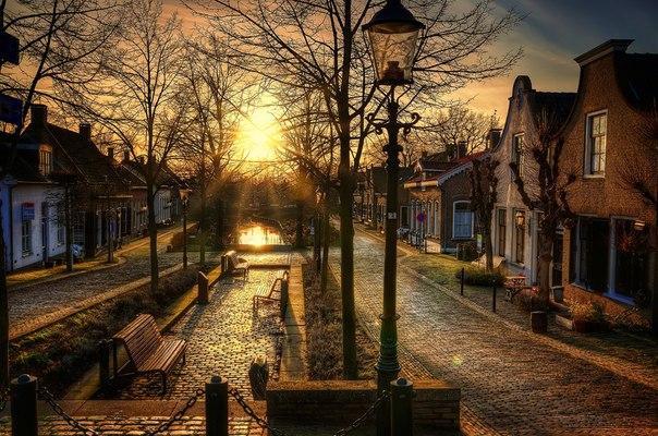 Пленительный закат в городе Дриммелен, Нидерланды