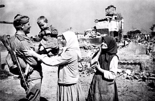 Солдат после освобождения родного села встретился со своей семьей. Лето 1943 г.