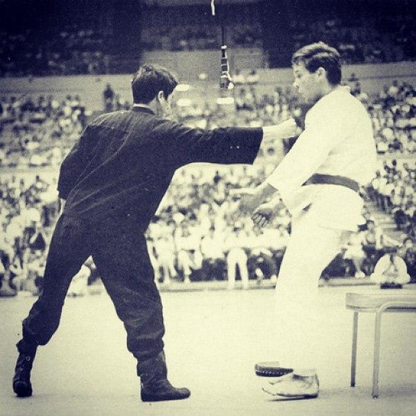 Самый быстрый удар в истории боевых искусств у Брюса Ли.