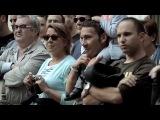 Вложив мелкую монетку, ты получаешь в тысячу раз больше. 100 музыкантов из симфонического оркестра allès, Lieder, Amics de l'Òpera и хор Coral Belles Arts исполнили на улице «Оду к радости» из 9-ой симфонии Людвига ван Бетховена.     Реклама банка Banco Sabadell в городке Сабадель, неподалеку от каталонской Барселоны. 33,7 млн. просмотров