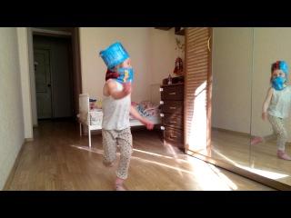 танец с нарукавниками(человек-паук)