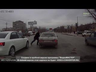 Пешеход жестоко наказал водителя  и его машину. С одного удара разбил стекло кулаком!!! | ДТП авария